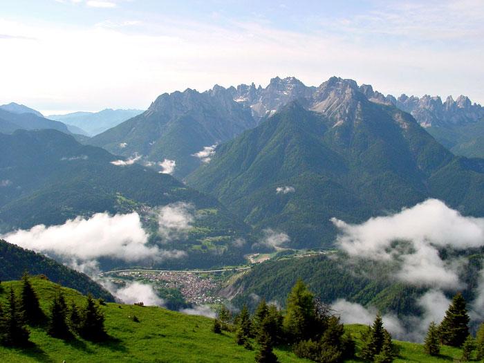 Il paese di Lozzo di Cadore ripreso dai Zei de Mizoi; sullo sfondo la successione dei monti Miaron, Cridola e Montanel