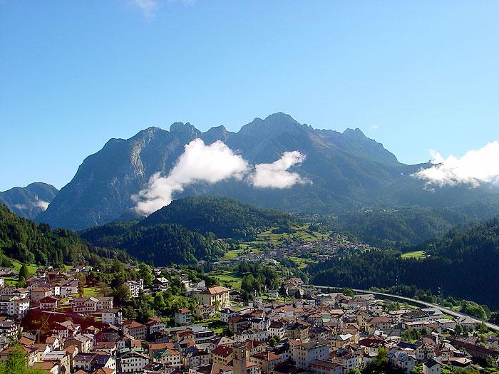 Lozzo di Cadore ripreso dalle falde di Revis. Sullo sfondo la porzione occidentale del gruppo dei Brentoni con Tudaio, Crissin e Pupera Valgrande.