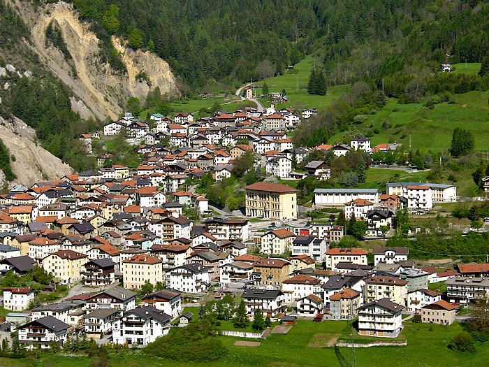La parte centrale del paese di Lozzo di Cadore ripresa da Lorenzago.