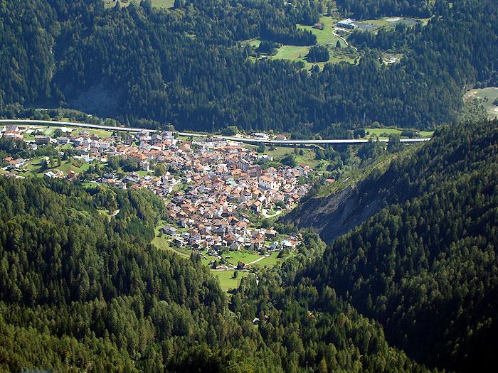 Il paese di Lozzo di Cadore dai pressi della Croda dei Rondoi, lungo l'omonimo anello escursionistico.