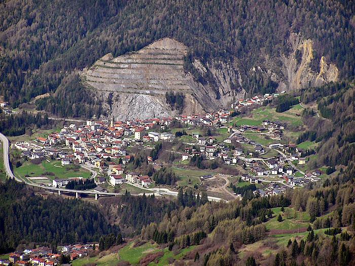 Lozzo di Cadore dal Col de Poeca; le gradonate in evidenza sono costituite da sedimenti di Bellerophon.