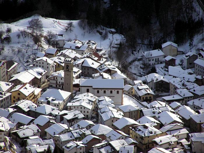 Una veduta invernale verso Lozzo di Cadore da Soracrode; al centro il campanile e la ex chiesa parrocchiale ora auditorium