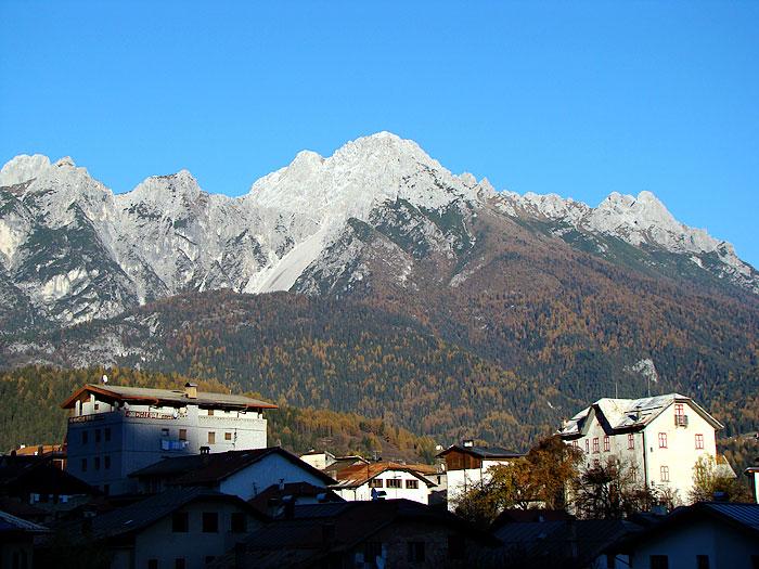 Il paese di Lozzo di Cadore ripreso dal sentiero di salita al Montanel.