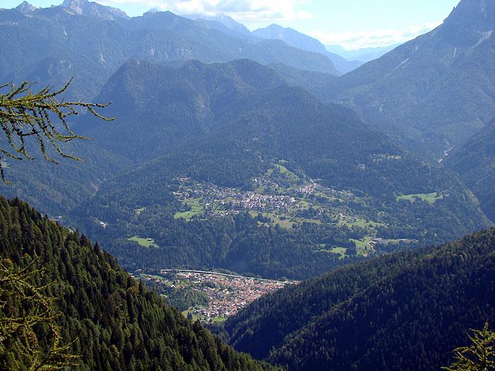 I paesi di Lorenzago (in alto) e di Lozzo di Cadore dai pressi della Croda dei Rondoi lungo l'omonimo anello escursionistico.