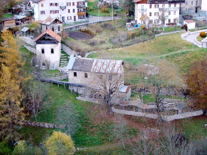 Il mulino Calligaro inserito nella cornice degli altri opifici idraulici: la centralina di Loo Baldovin ed il mulino Del Favero, quest'ultimo appena sopra quello Calligaro.