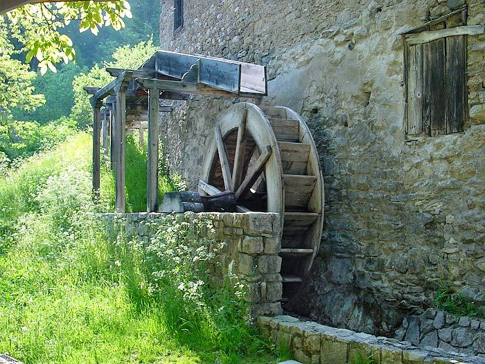 La ruota a cassetti veniva posta in rotazione tanto dall'impeto dell'acqua che la colpiva quanto dal peso esercitato dalla stessa in seguito al riempimento dei cassetti