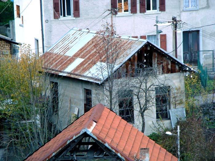 L'edificio della centralina elettrica di Leo Baldovin Caruli ripresa da Revis.