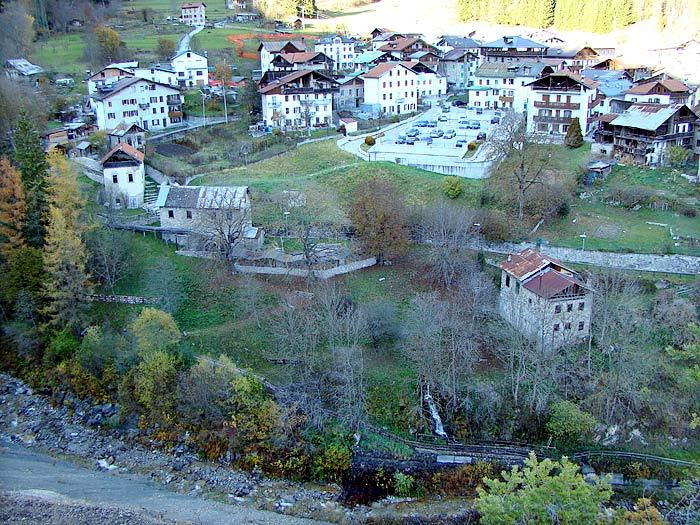 """Visione allargata dell\'area della Roggia; il mulino \""""dei Pinza\"""" è l\'edificio più in basso a destra."""