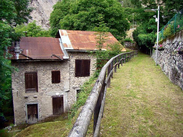 Facciata est del mulino detto dei Pinza. La parte più alta dell'edificio costituisce il vecchio mulino Zanella in Loda ...