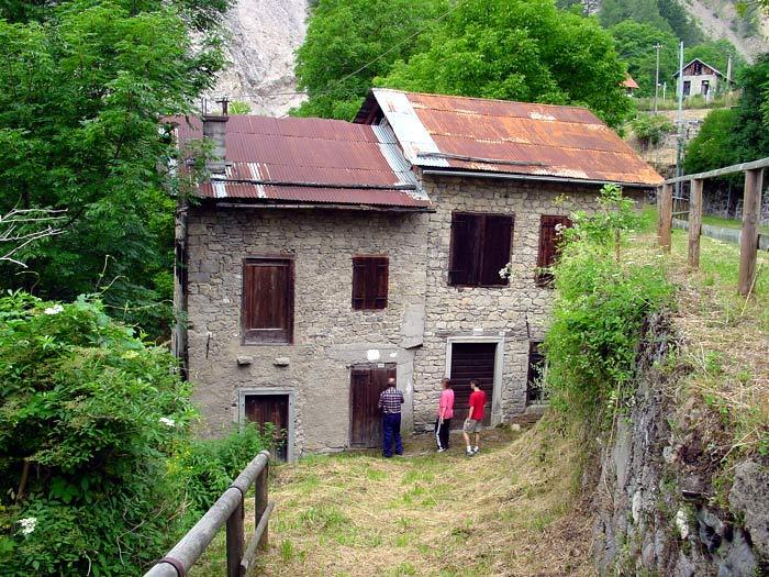 ... solo in quello dei Pinza si rinvengono ancora le vecchie macine ed i resti di una fucina da fabbro