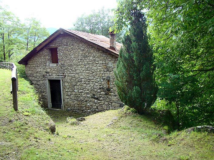 La facciata nord-ovest del mulino Zanella in Loda ...