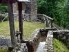 L\'acqua in uscita dal mulino Del Favero può essere incanalata nella roggia lignea aprendo una piccola paratoia ...