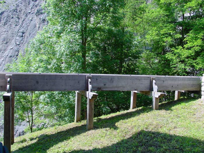 A fianco del mulino Del Favero un particolare della roggia lignea che alimenta la ruota.