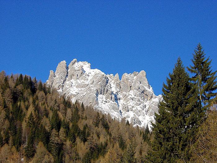 Il castello dolomitico del Ciarìdo dai pressi di Larzede, in salita verso Pian dei Buoi