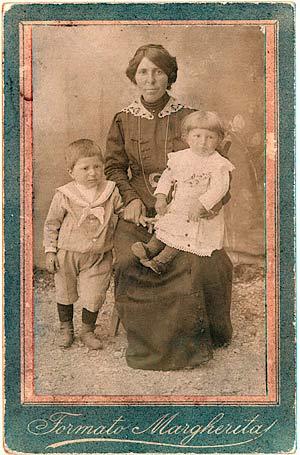 Maria David, figlia di Antonio, posa con i figli (Arch. R. David)