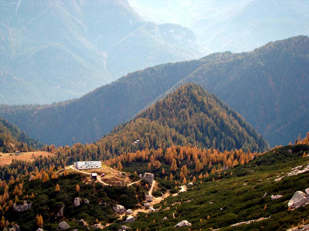 il rifugio Ciareido immerso nell'autunno