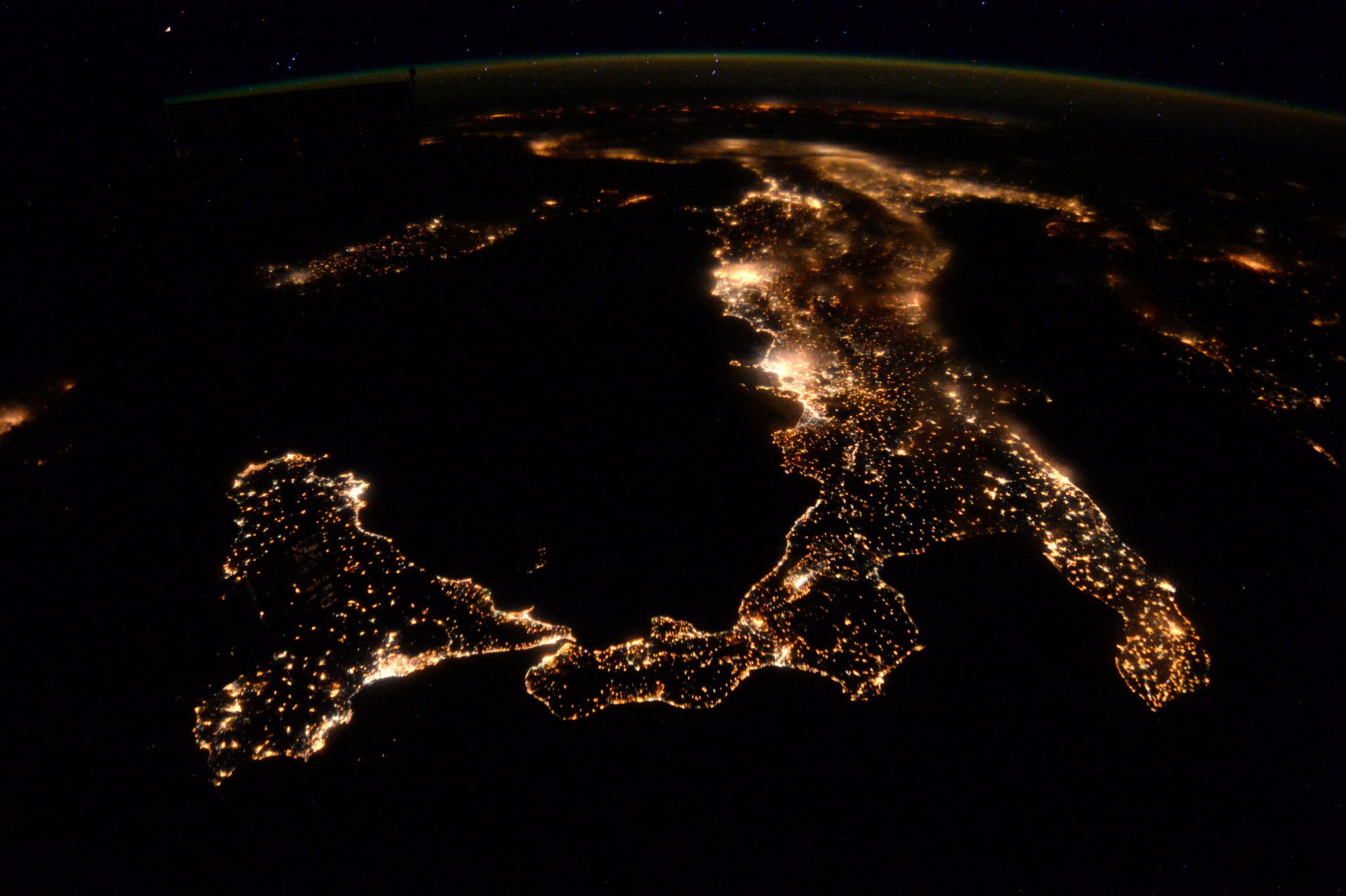 Italy at night (ESA/NASA Tim Peake, ISS, 5 aprile 2016)
