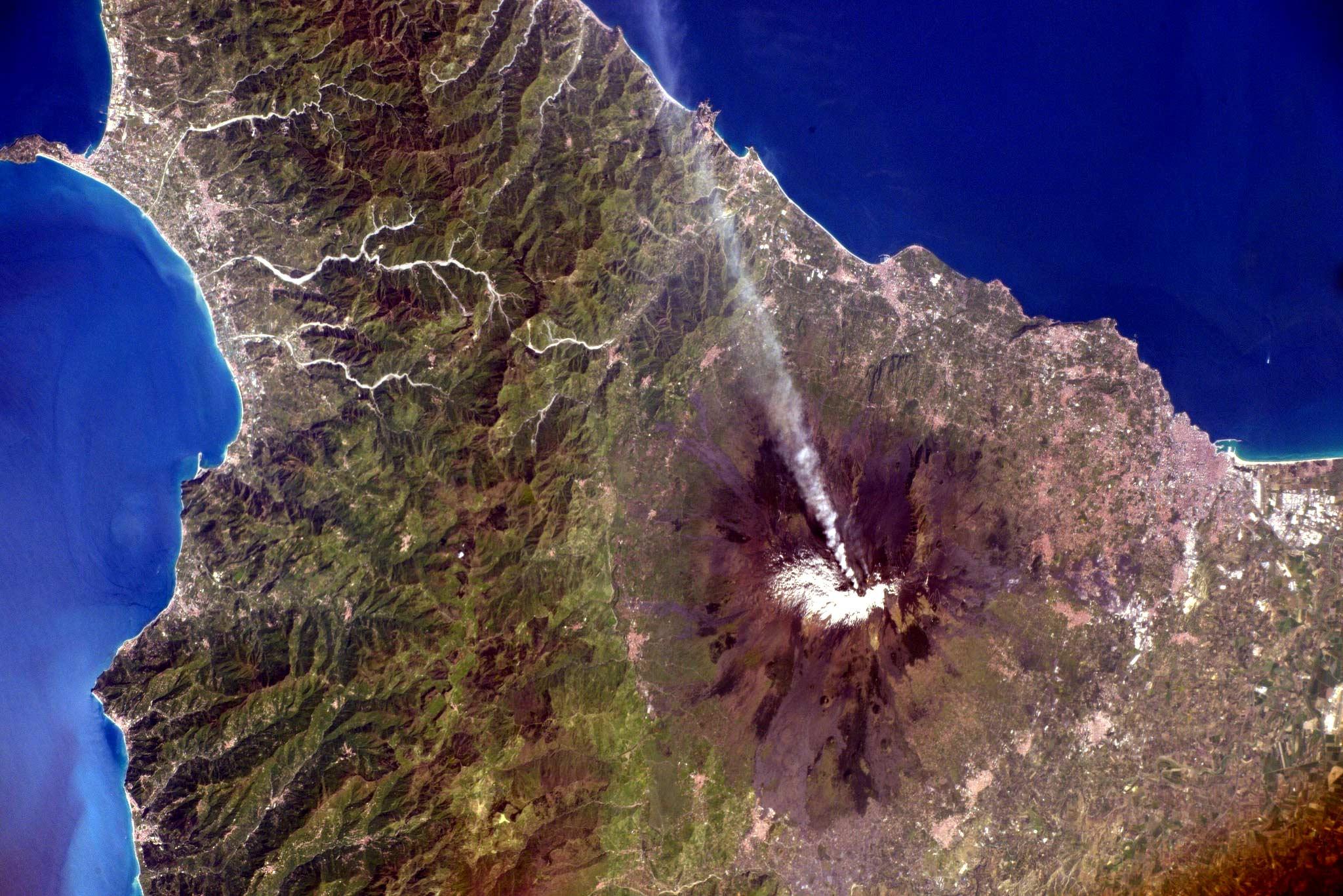 Etna con un pennacchio di fumo (ESA/NASA Tim Peake, ISS, 15 aprile 2016)