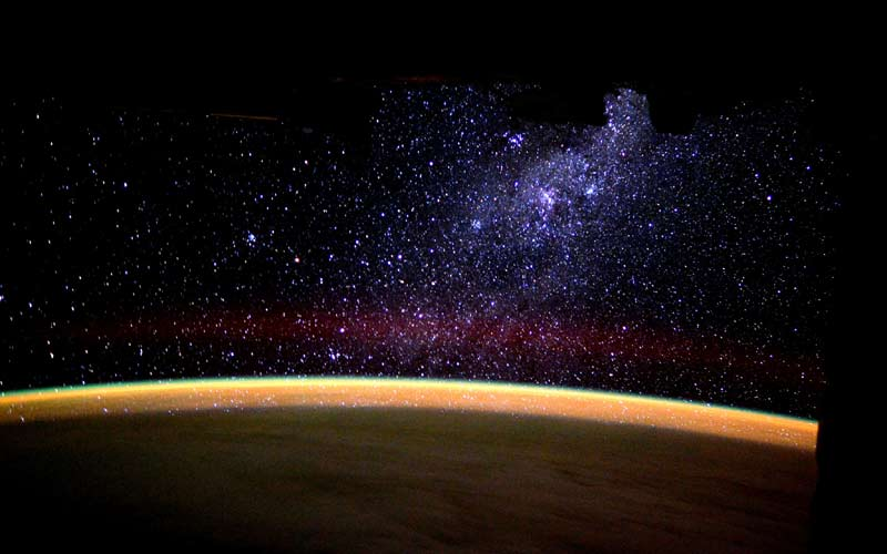 Watching the Milky Way rising over the horizon (foto di Tim Peake, ISS)