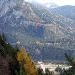 La spianata di Cima Gogna con lo sfondo del Col Campion