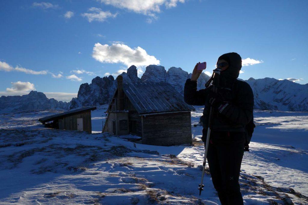 Capanna del Monte Piana: sullo sfondo il Sorapis e il gruppo del Cristallo