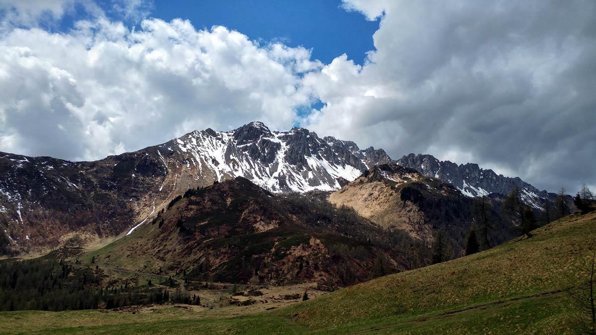Gruppo del Tiarfin con cresta dei Tudai di Razzo in discesa da Col di Rioda; in secondo piano Col Dumella e Col Marende