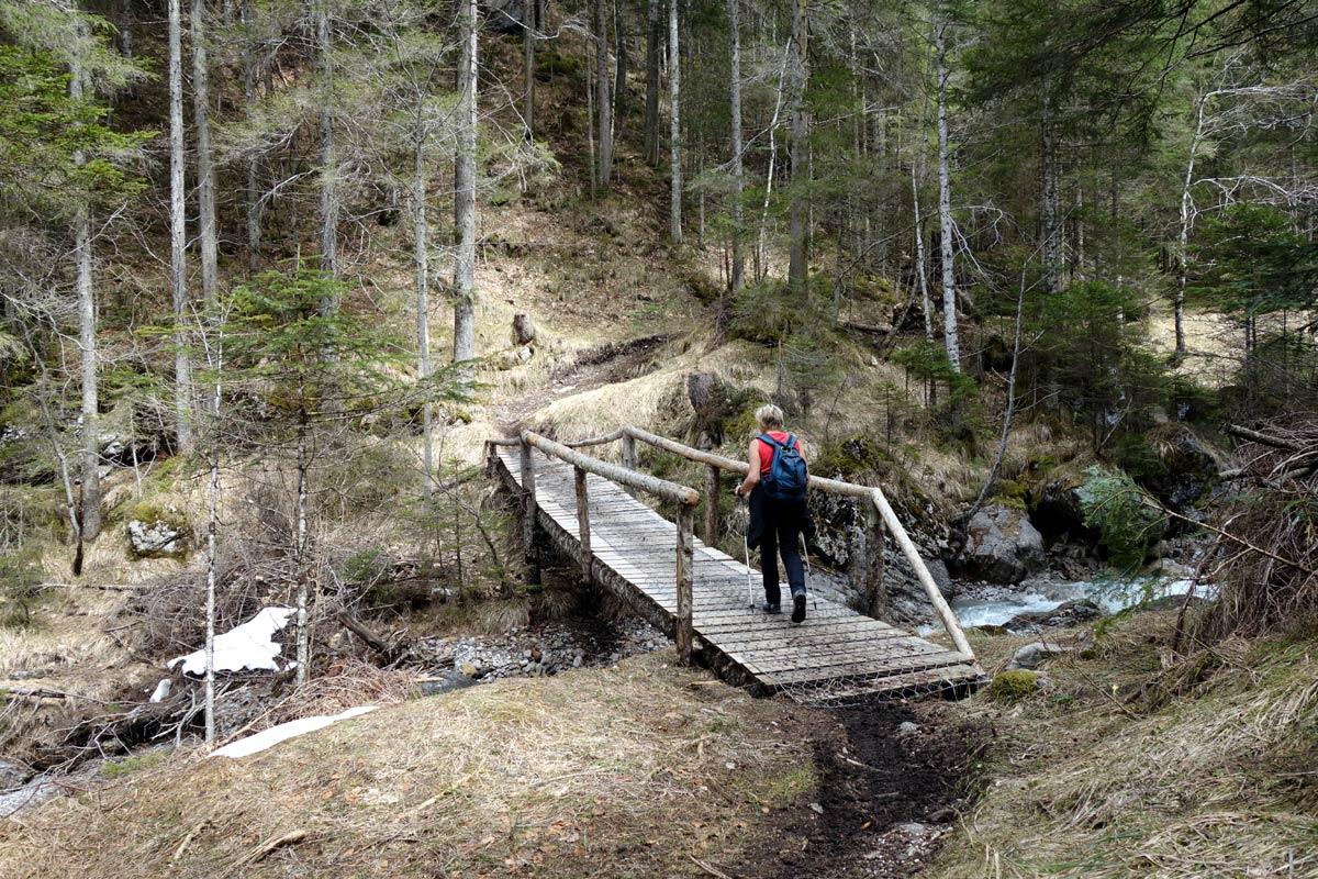 Ponte sul torrente Piova lungo il percorso S. Osvaldo - Pian de Cianpedel (Antoia)