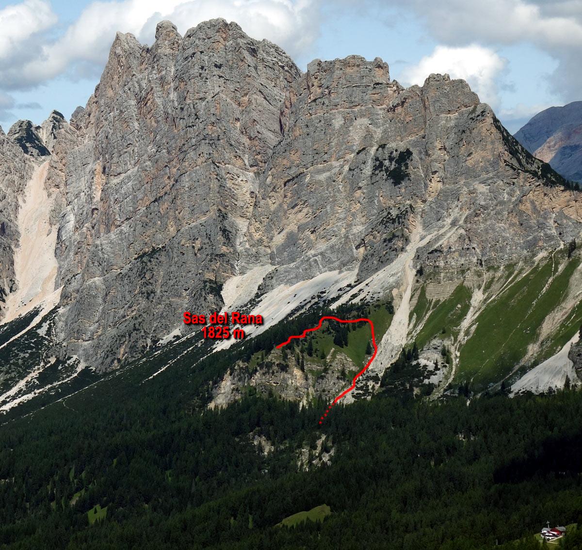 Il Sas del Rana (1825 m), ai piedi della Croda dei Zestelis e della Punta Erbing (affiancate a loro volta dal Teston di Bartoldo e dalla Croda del Pomagagnon), con l'indicazione del percorso di salita dalla strada forestale Brite de Larieto-Fiames