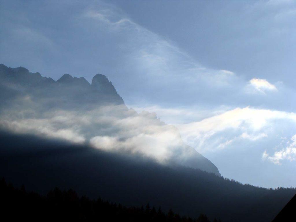 Sfilacciamenti di nuvole sullo sfondo del Pupera Valgrande