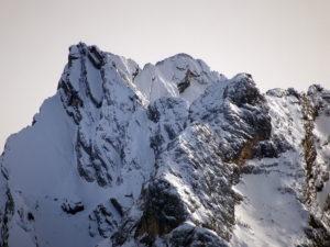 Cime Bastioni (N e S) dietro alla Croda De Marchi (anch'essa con le cime N e S; quella S, sul lato destro, è la cima principale)