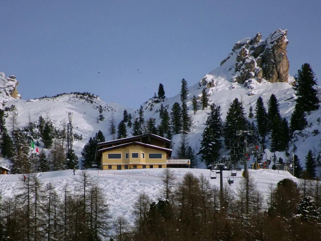 Il rifugio Col de Varda dai pressi dell