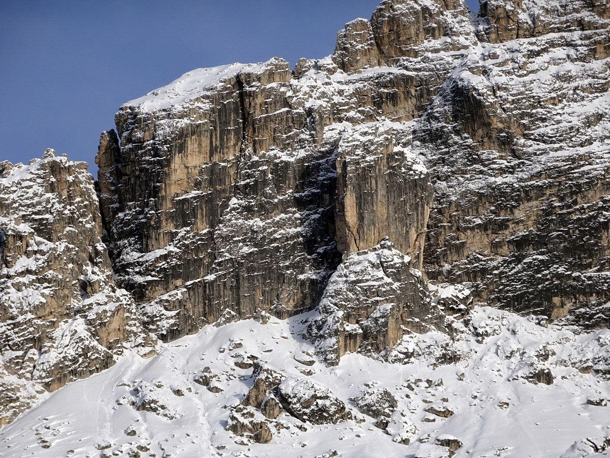 La Torre di Misurina dai pressi dell'Istituto Pio XII; sopra la torre Cima Cadin del Lago, a sinistra di essa il Pilastro con la Gusela della Neve