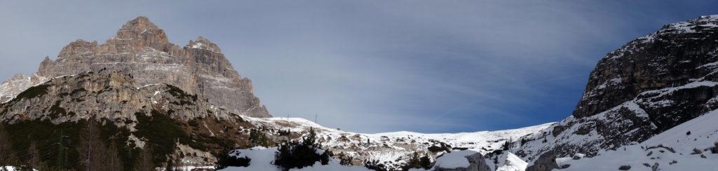 Croda del Rifugio,Cima Ovest e Cima Grande delle Tre Cime che si aprono su forcella Longeres; a seguire le balze che salgono verso le Cianpedele; in primo piano a destra il contrafforte del Col de le Bisse
