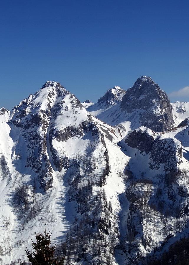 Tudaio di Razzo e Crodon di Tiarfin (con la Busa del Tiarfin tra i due) dal Monte Verna