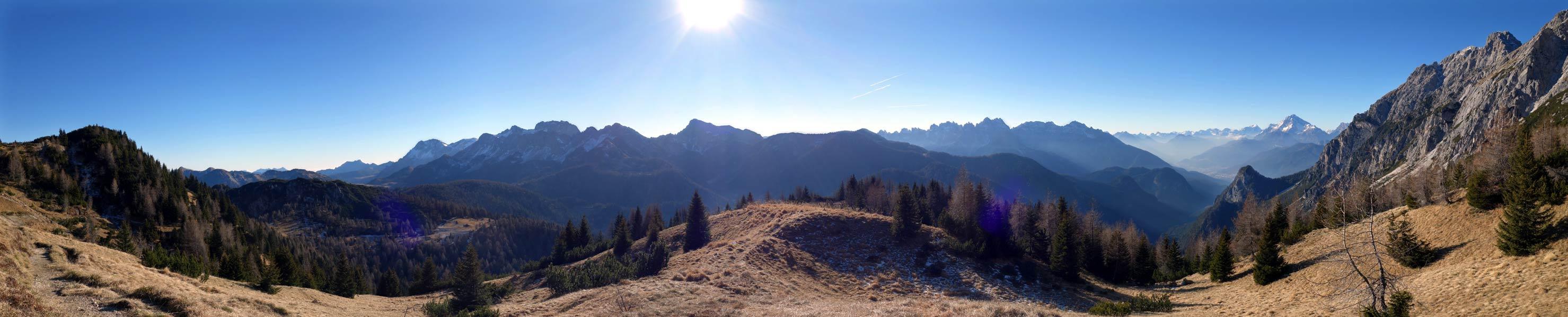 Panoramica dal Bivera all'Antelao dai pressi del Col Sarenede sull'altopiano di Razzo