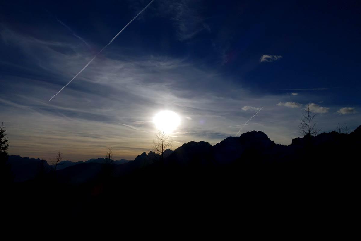 Controluce serale verso Aiarnola e Croda da Campo da Costa di San Nicolò di Comelico
