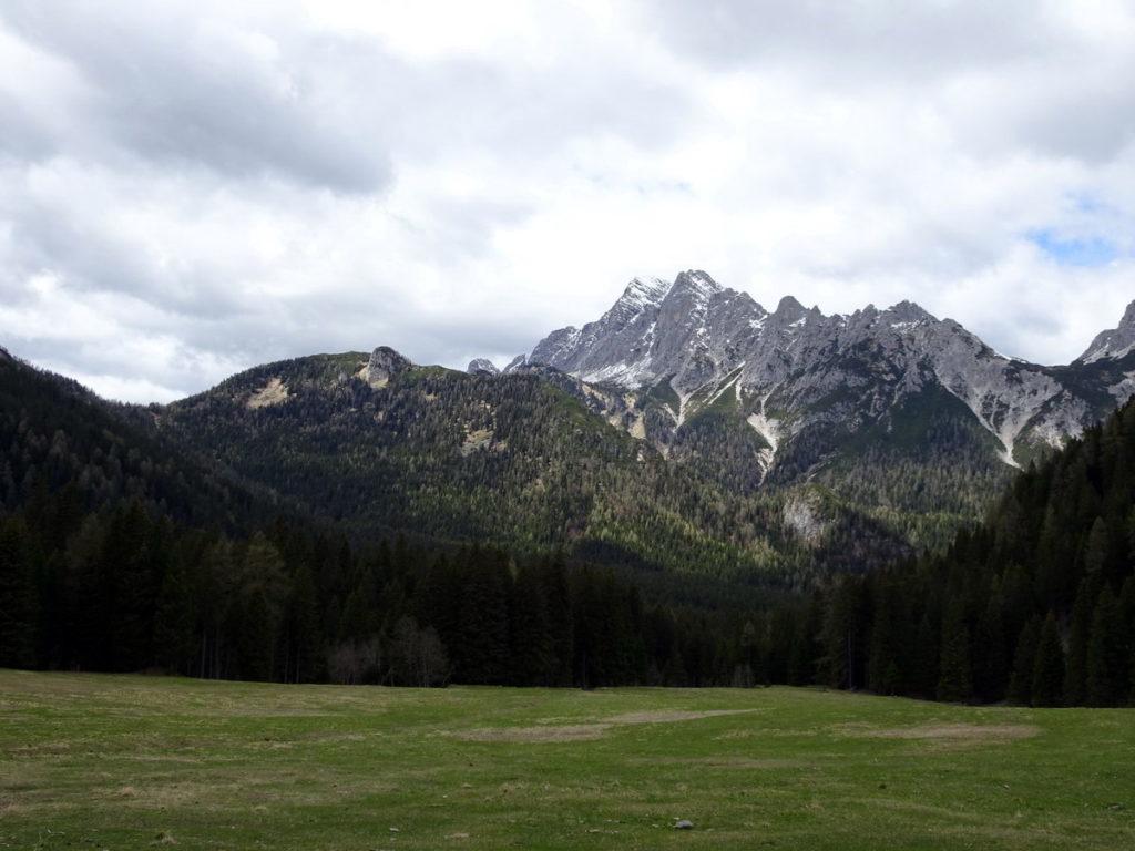 Da Casera Campo verso M. Losco, Pian de la Busa (sede dei ruderi del ricovero militare di Val Inferna) e M. Brentoni