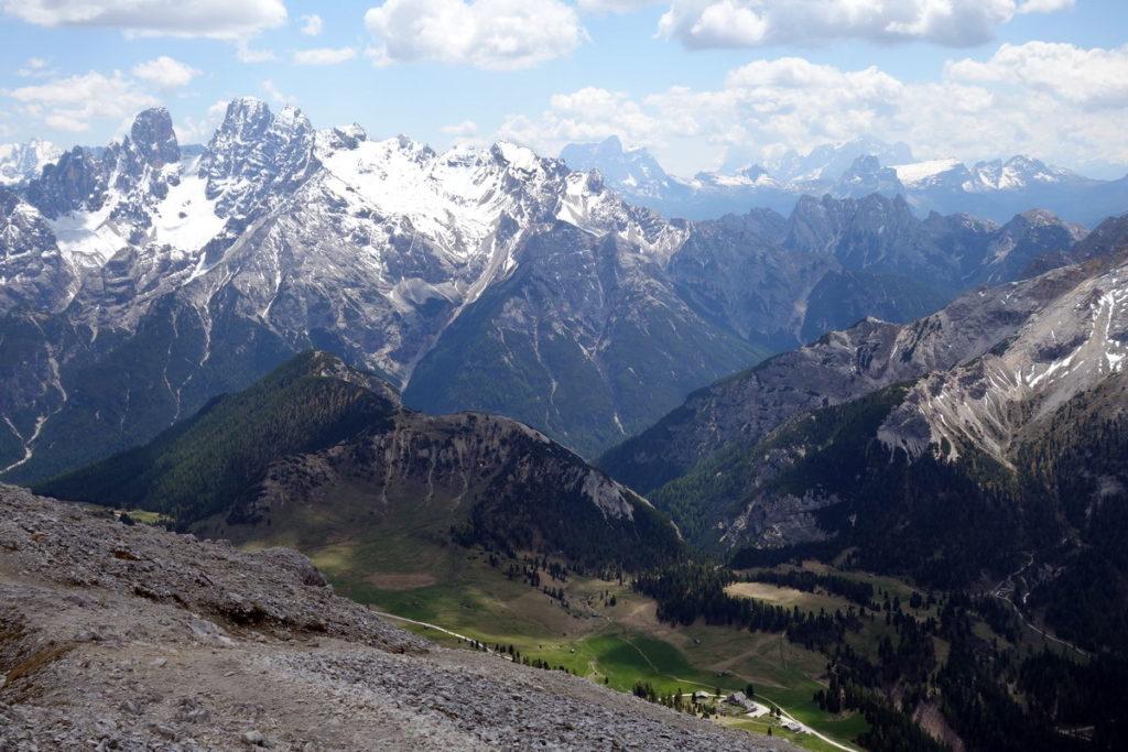 Salendo al Picco di Vallandro verso Pratopiazza e il Col Rotondo dei Canopi, sullo sfondo del gruppo del Cristallo. Si distinguono in basso il rifugio Pratopiazza e l