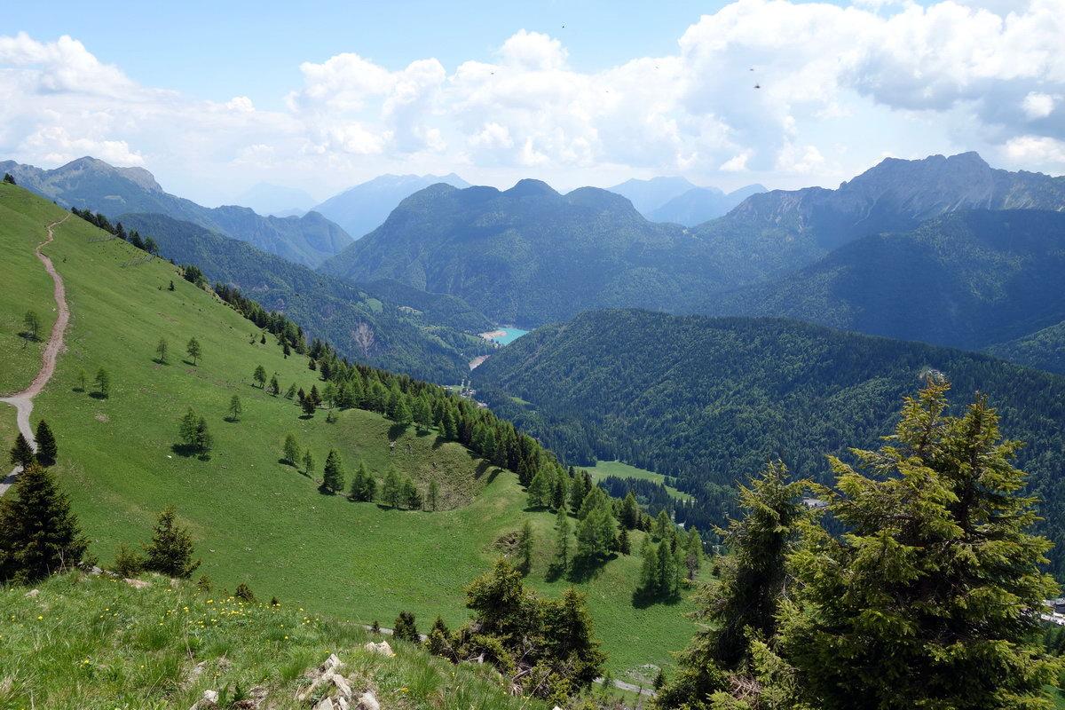 Il lago di Sauris dalla sommità del M. Festons; in corrispondenza del lago i monti Sesilis, Colmaier e Nauleni