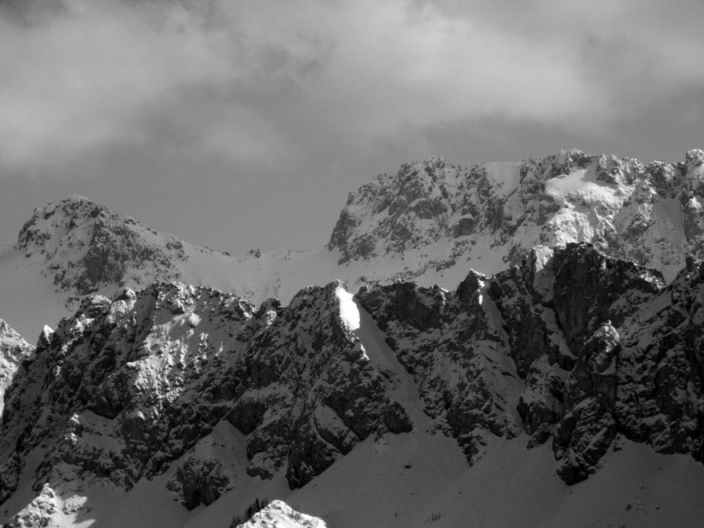 In primo piano la Cresta dei Tudai di Razzo; in secondo piano il Crodon di Tiarfin da M. Losco