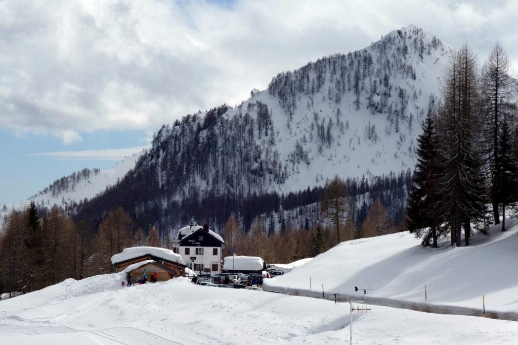 Baita Ciampigotto e rifugio G. Fabbro sullo sfondo del Col Marende