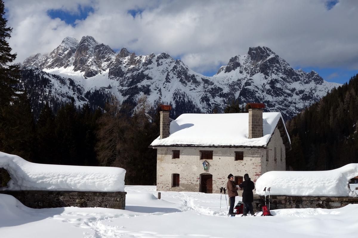 Casera Campo: sullo sfondo M. Brentoni, Torrioni di Val Inferno, Forcella Valgrande e M. Cornon
